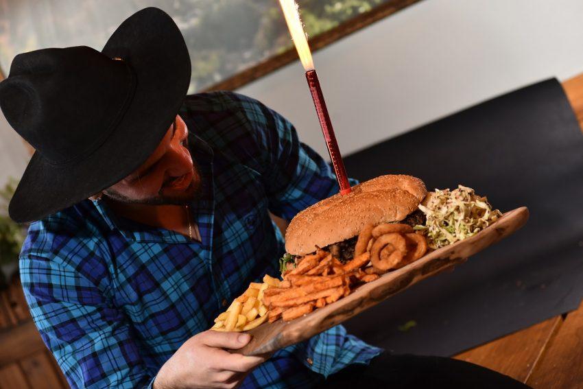 רועי פוסטלניק בבורגר סאלון. בשר ועוד קצת בשר (צילום: אלוניס)