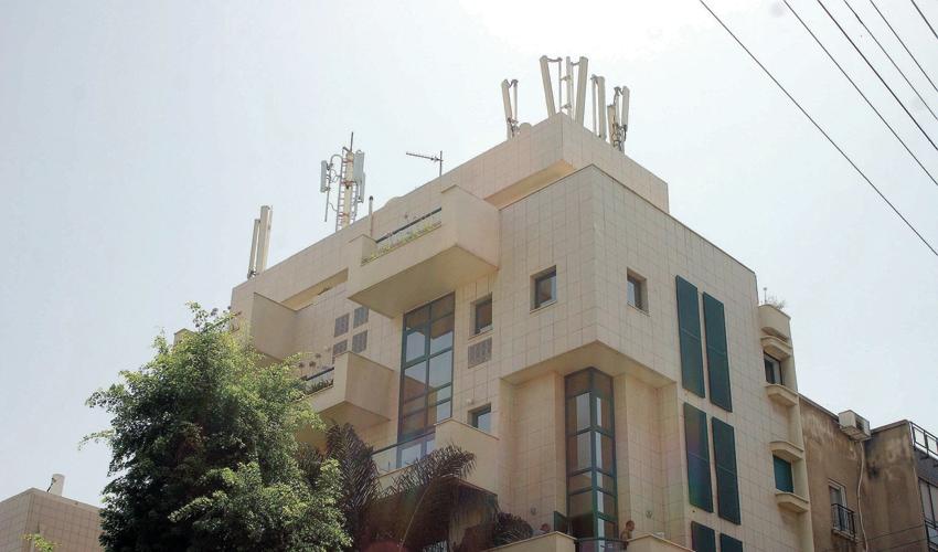 אנטנות סלולריות על גג בניין (צילום: ניר קידר)