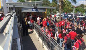 אוהדי הפועל צובעים את תחנת הרכבת באדום (צילום: חגית הורנשטיין)