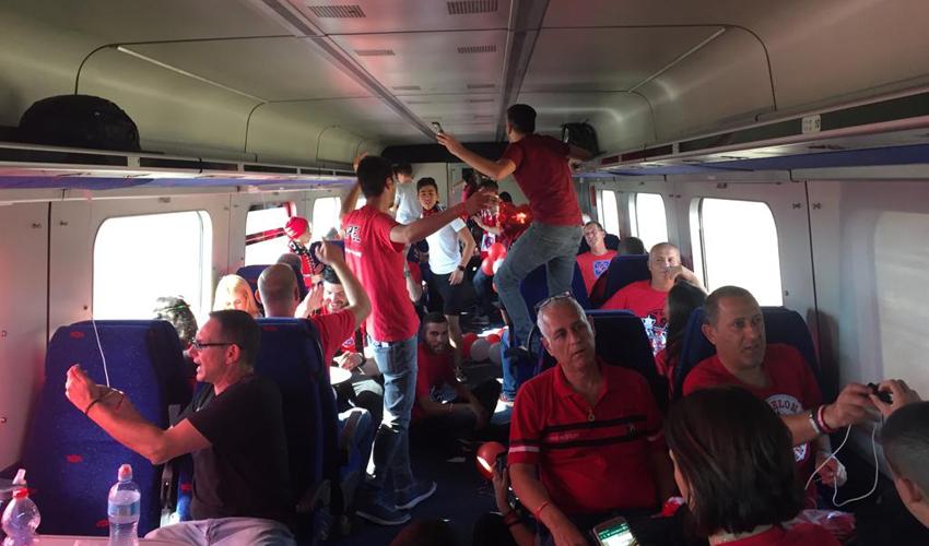 אוהדי הפועל חיפה על הרכבת לירושלים (צילום: חגית הורנשטיין)