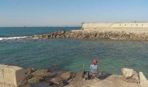 החומה המפרידה בין בסיס חיל הים לחוף בת גלים (צילום: אבי שמול)