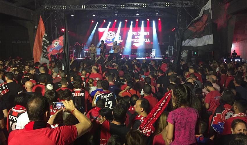 חגיגות הזכייה בגביע של הפועל חיפה. גם דור העתיד של האוהדים נמצא שם (צילום: חגית הורנשטיין)