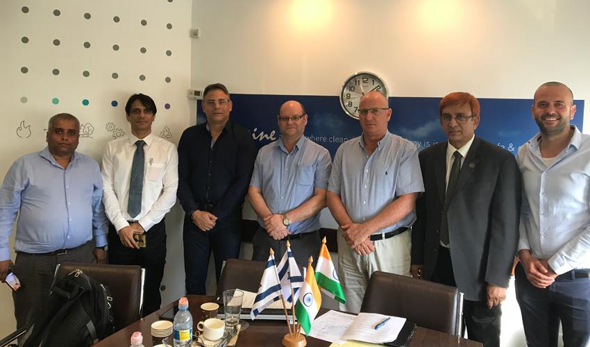 """יו""""ר קבוצת דור גיל דנקנר (שלישי מימין), אבאי דמלה ממשרד התחבורה ההודי (ראשון משמאל) ובכירי חברת BHEL ההודית (צילום: יח""""צ)"""