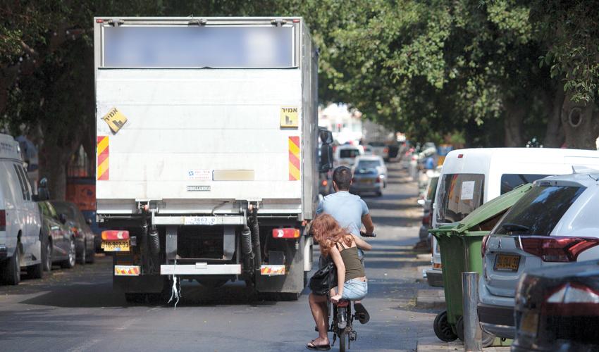 משאית ברחובות העיר (צילום: תומר אפלבאום)