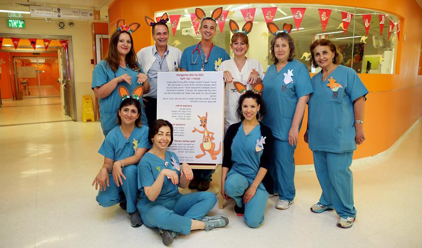 צוות הפגייה בבית החולים רות רפפורט לילדים מעודד מודעות לשימוש בשיטת הקנגורו (צילום: פיוטר פליטר)