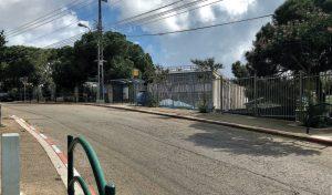 בית הספר עירוני ה'. המתחם השני שתורם לתנועה הערה ברחוב (צילום: שושן מנולה)