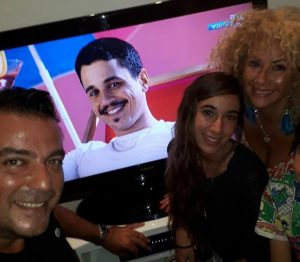רמי מימון, מיכל ויצמן ובת אל אטיאס עם תמונתו של לירון אופיר. רוצים את המיליון (צילום: דף הפייסבוק של רמי מימון)