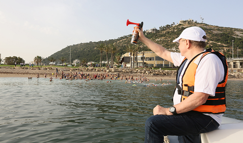 פרופ' רפי ביאר מזניק את השחיינים (צילום: פיוטר פליטר)