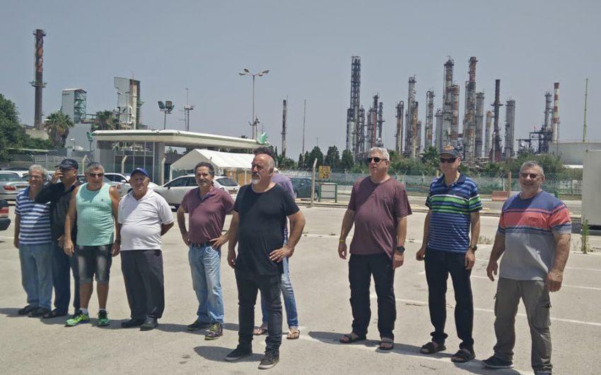 מיכה שטרית ועובדי חיפה כימיקלים (צילום: אלברט סופר)