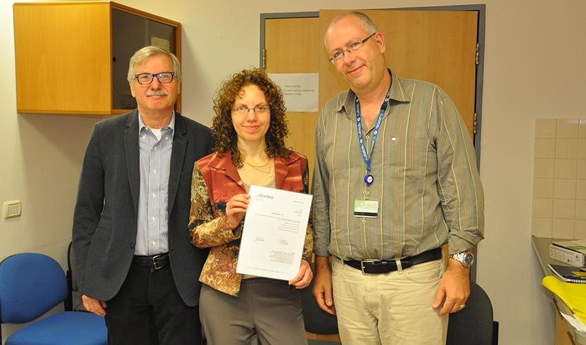 """ד""""ר גליה רוזן מקבלת את כתב המינוי (צילום: אלי דדון)"""