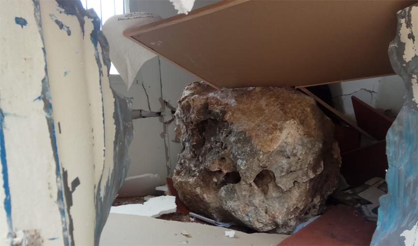 הסלע שפגע בעובד באתר העבודות (צילום: דוברות איחוד הצלה)
