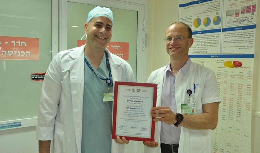 """פרופ' יורם אברהמוב וד""""ר אריאל זילברליכט עם התעודה (צילום: אלי דדון)"""