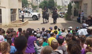 פרשים רכובים על סוסים ביום קהילה ומשטרה (צילום: דוברות מחוז חוף של המשטרה)