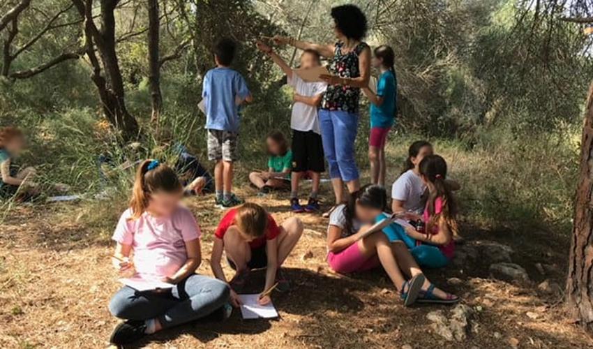 תלמידי בית הספר הפתוח בשיעור טבע בגבעת השבשבת