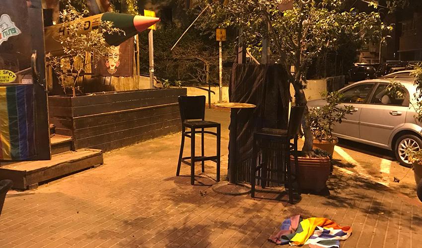 דגל הגאווה על המדרכה ליד קפה פאזל (צילום: תדהר טויכר)