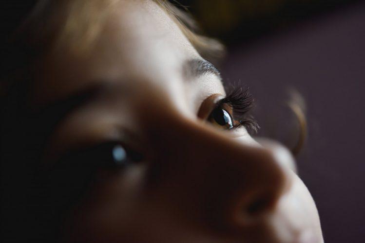 אבחון וטיפול בפזילה בילדים. By javi_indy / Freepik