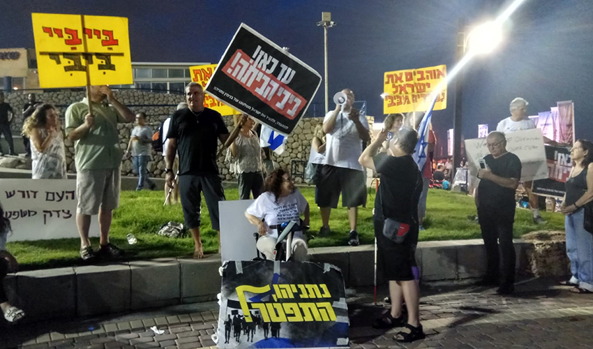 ההפגנה הראשונה נגד השחיתות השלטונית בחוף דדו בשנה שעברה (צילום: אלה אהרונוב)