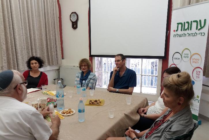 צוות ערוגות עם פרופ' רבקה יהב (צילום: מרכז ערוגות)