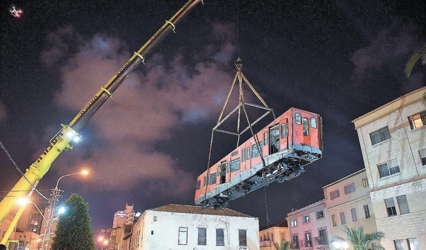 הוצאת הכרמלית הישנה מהמנהרה (צילום: דוברות עיריית חיפה)