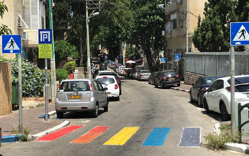 מעבר חציה צבוע בצבעי הגאווה ברחוב מסדה (צילום: תדהר טויכר)