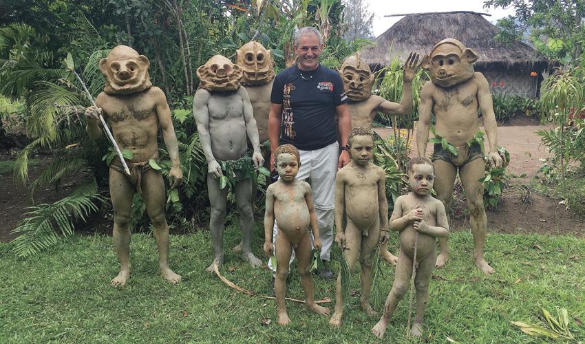 """אורי הדר ואנשי שבט בפפואה ניו גינאה. """"אני מחפש תמיד דברים אחרים"""""""