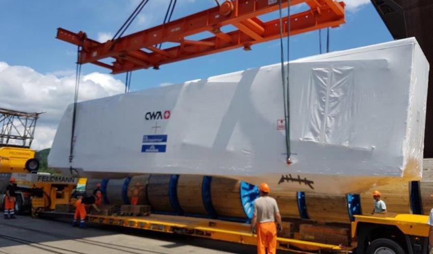 קרונות הכרמלית החדשה מועמסים בשווייץ (צילום: CWA Construction SA, Mattias Jeker)