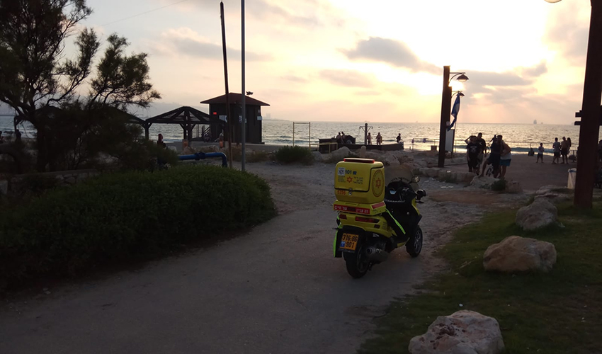 """כוח של מד""""א בזירת הטביעה בחוף נאות (צילום: דוברות מד""""א)"""