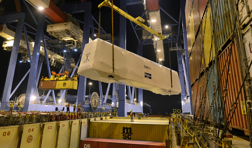 קרונות הכרמלית החדשה נפרקים בנמל חיפה (צילום: ורהפטיג ונציאן, באדיבות חברת נמל חיפה)