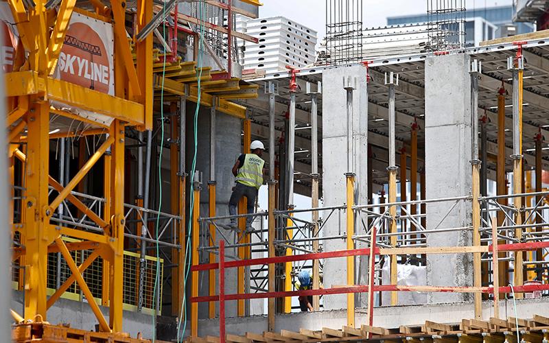 עובד באתר בנייה (צילום: מגד גוזני)