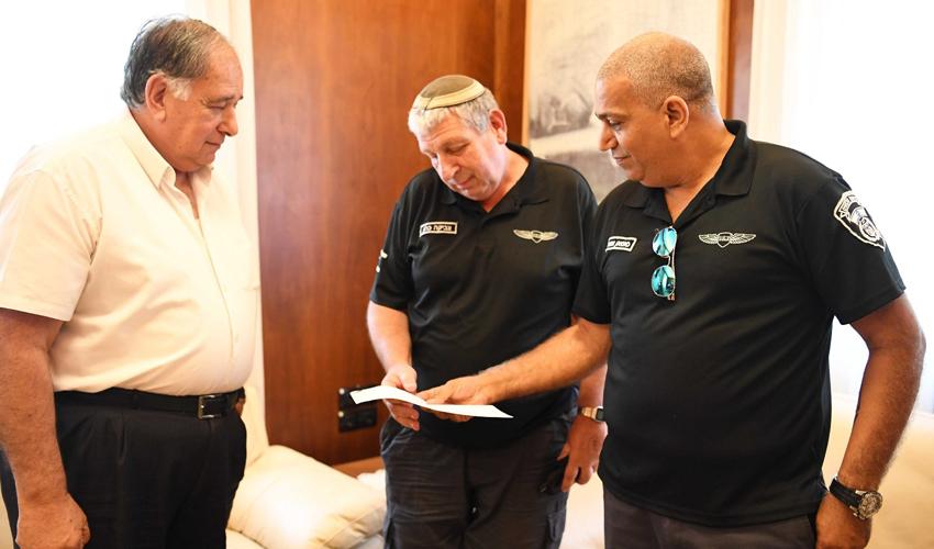ראש העיר יונה יהב מודה לפקחים שהשיבו את התיק (צילום: ראובן כהן)