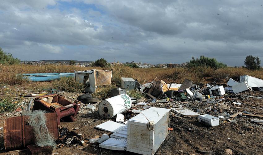 פסולת שהושלכה בשטח פתוח (צילום: רמי שלוש)