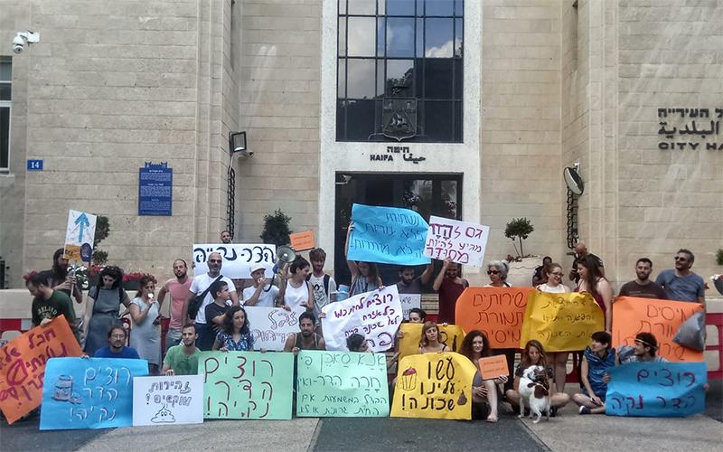 פעילי שכונת הדר ליד בניין העירייה (צילום: אלה אהרונוב)
