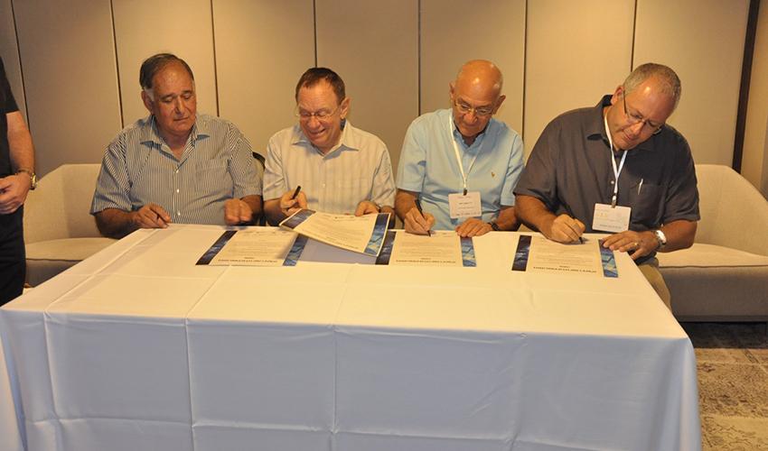 """ד""""ר אבי גולדברג, ד""""ר אמנון רופא, פרופ' רפי ביאר ויונה יהב חותמים על האמנה לשיתוף פעולה (צילום: אלי דדון)"""