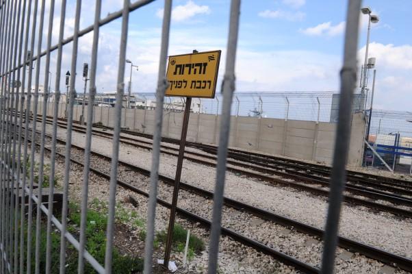 מסילת הרכבת בחיפה (צילום: רמי שלוש)