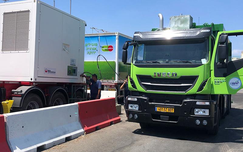 משאית חדשה בעמדת תדלוק בגז (צילום: ראובן כהן)