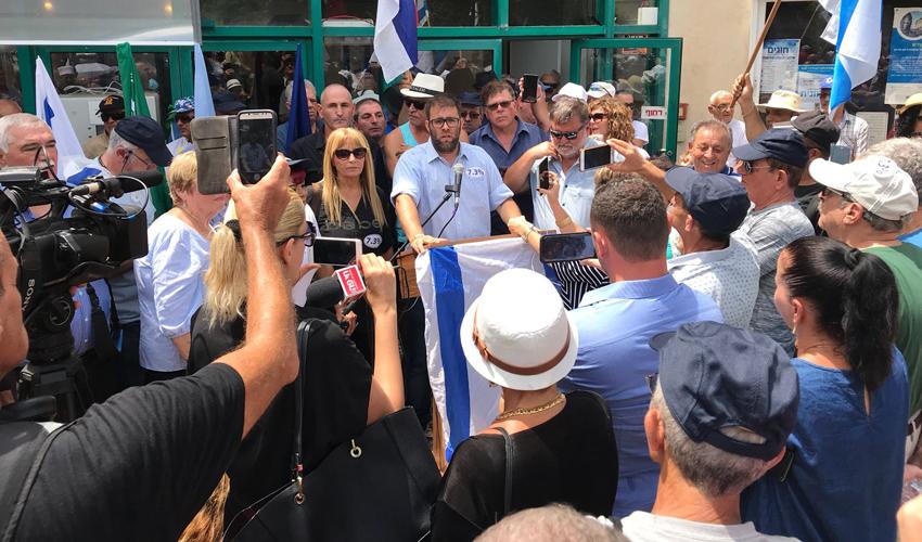 חברי כנסת בהפגנה מול ביתו של שר האוצר משה כחלון (צילום: שמעון כהן)