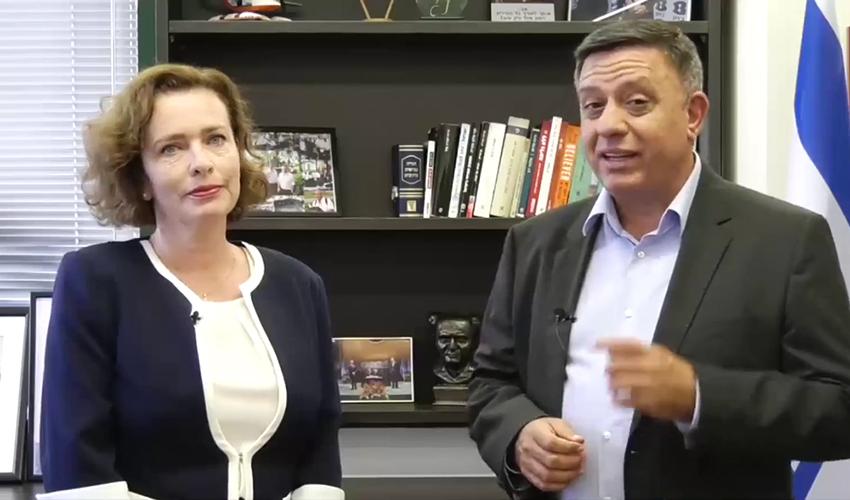אבי גבאי ועינת קליש רותם בסרטון. העיתוי אינו מקרי