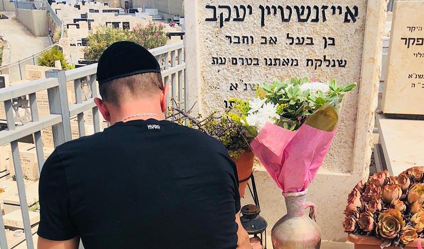 """דני מרקוביץ' על קברו של יעקב אייזנשטיין. מורן אייזנשטיין: """"הוא פה. אומר עליך קדיש, וזה אומר הרבה"""""""