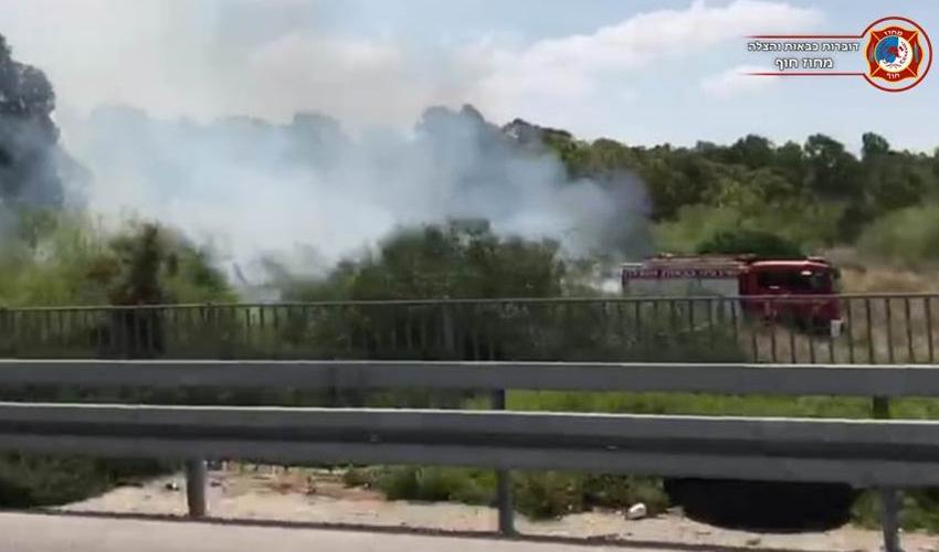 השריפה ליד כביש 22 (צילום: דוברות כבאות והצלה - מחוז חוף)