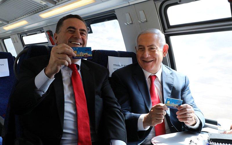 שר התחבורה ישראל כץ וראש הממשלה בנימין נתניהו בנסיעת הרצה של קו הרכבת לירושלים (צילום: ששון תירם)