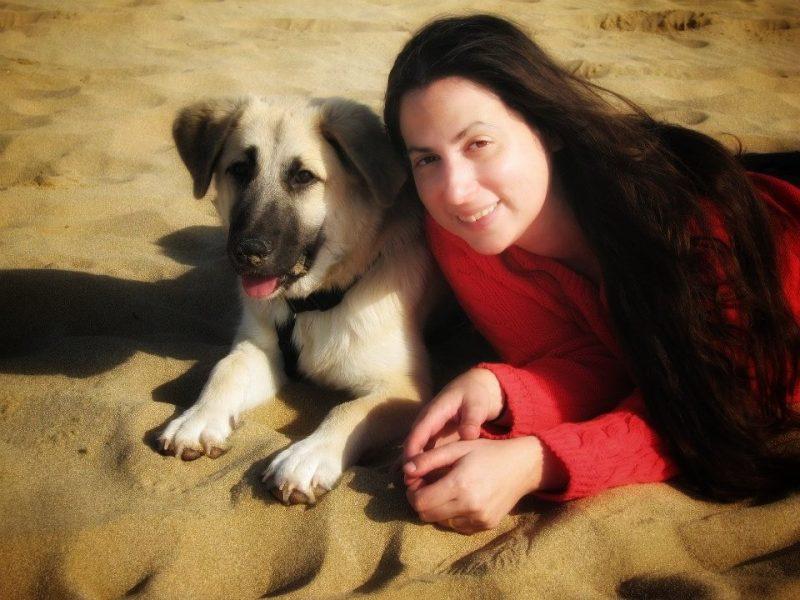 דנה שרית חמו- בים עם הכלב. צלם: חיים שריד