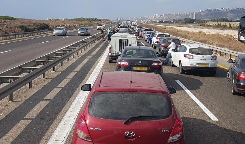פקק תנועה בכניסה לחיפה (צילום: שמוליק בן עשור)
