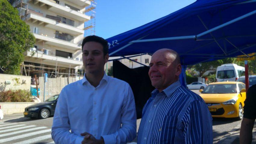 מנדי זלצמן ודוד עציוני נפגשים בכניסה לקלפי (צילום: אלה אהרונוב)