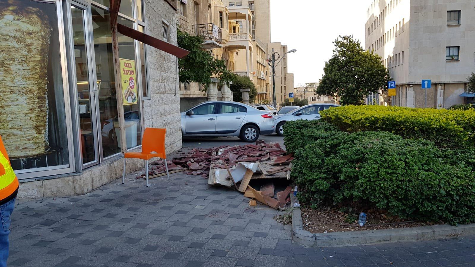 קריסת הגג ברחוב הנביאים (צילום: דוברות איחוד הצלה)