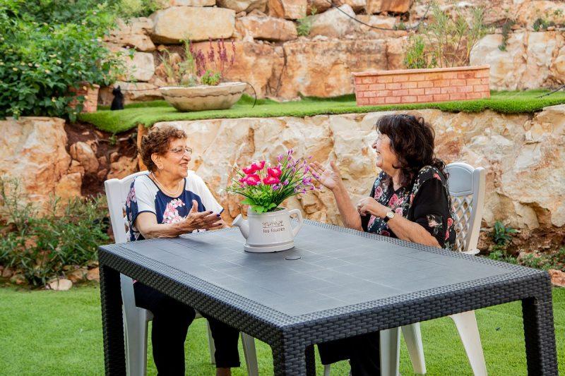 חנה שניידר ופנינה באום בגינה בבית דינה. צילום: מירל'ה כהן