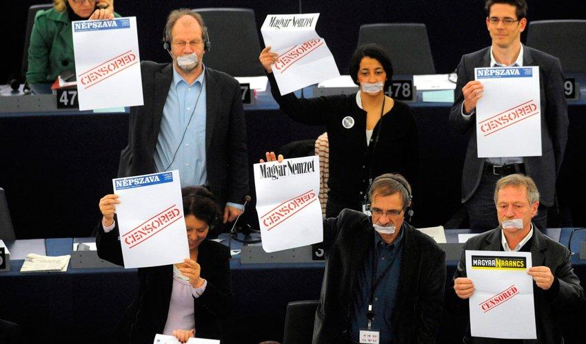 מחאה בפרלמנט האירופי נגד הגבלת חופש העיתונות בהונגריה (צילום: אי.פי)