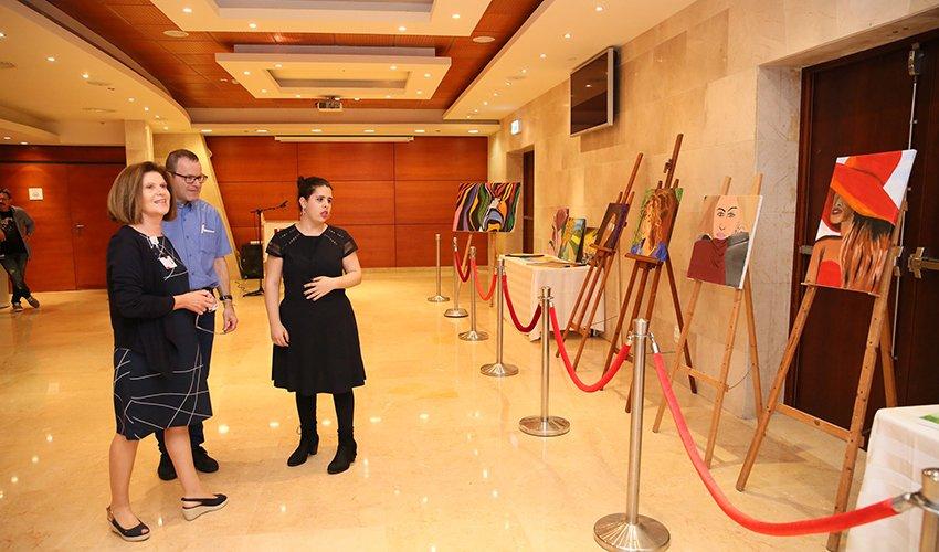 נוי סול אזולאי בתערוכת הציורים שלה עם מנהלת בית החולים רות רפפורט לילדים ועם מנהל מחלקות ילדים א' ו-ב' פרופ' רם וייס (צילום: פיוטר פליטר)