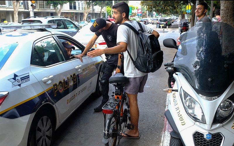 מתן דוח לרוכב אופניים חשמליים (צילום: תומר אפלבאום)