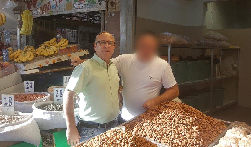 """יואב רמתי בביקור בשוק תלפיות. """"מספרם של הסוחרים היהודים הולך ומתמעט"""""""