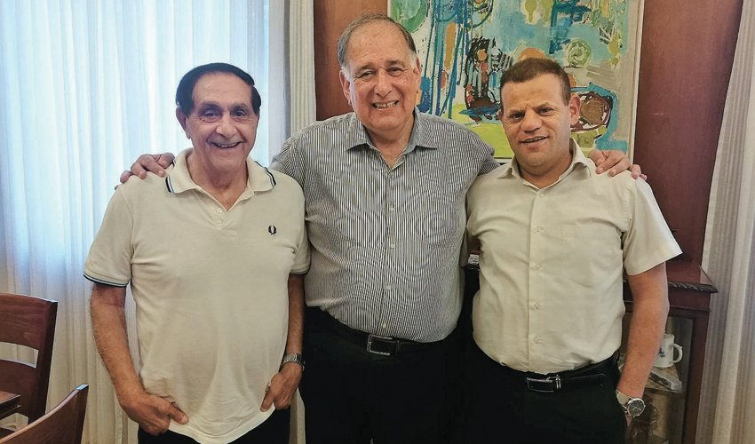 """רמי לוי ועו""""ד ביקי מוראד עם יונה יהב. """"הבחירה האחראית ביותר לחיפה היא ביהב לראשות העיר וברשימתנו למועצת העיר"""" (צילום: יח""""צ)"""